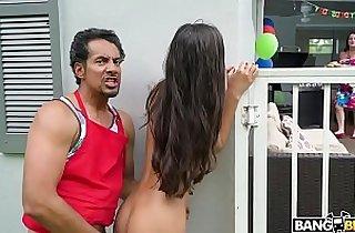 Encuentra a su hija teniendo sexo le roba el novio a su mama