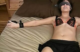 Blindfolded college sex sub girlfriend gets juiced up
